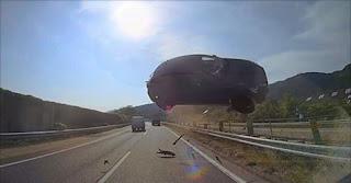 شاهد سيارة تطير في الهواء وتصطدم بحافلة في حادث مميت