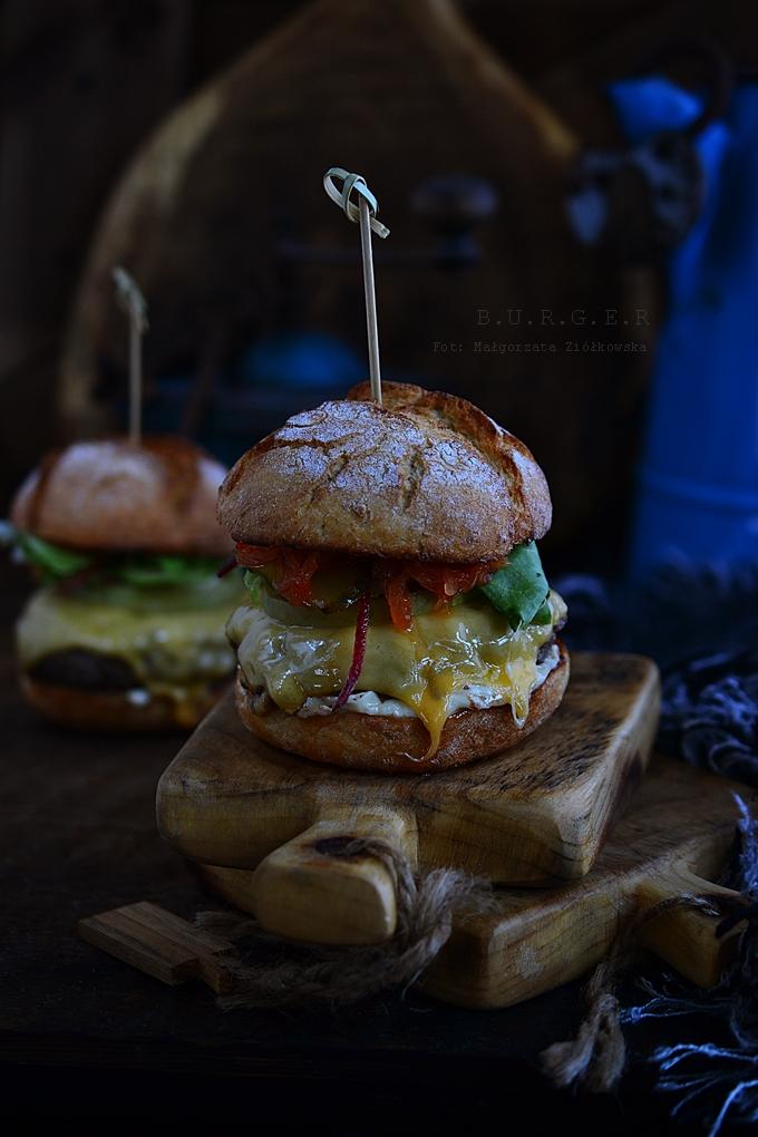 Cheeseburger z karmelizowaną ostrą cebulą