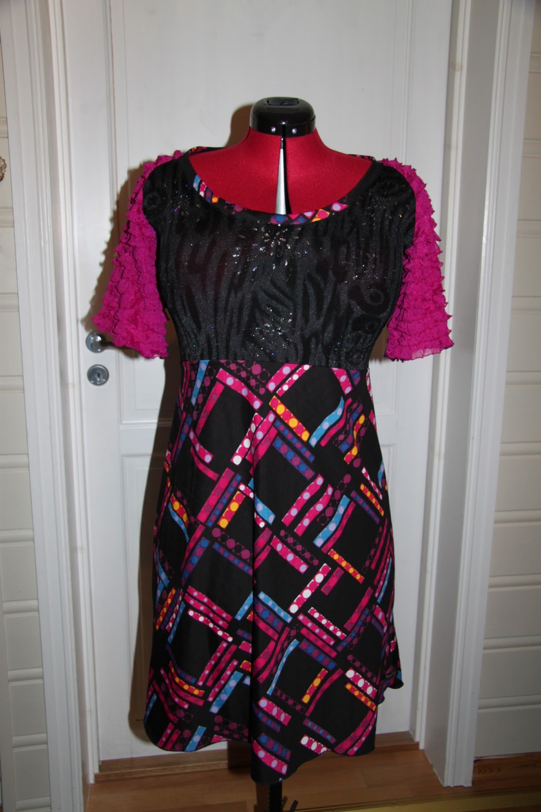 17e41b2bcc39 I kveld har eg sydd ferdig 2 nye kjolar. Her er den eine. Var innom Fretex  på Voss i helga og då fann eg bl.a ein nydeleg retrokjole som eg tenkte ...