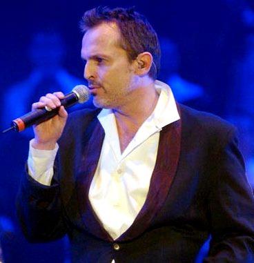 Foto de Miguel Bosé cantando en el escenario