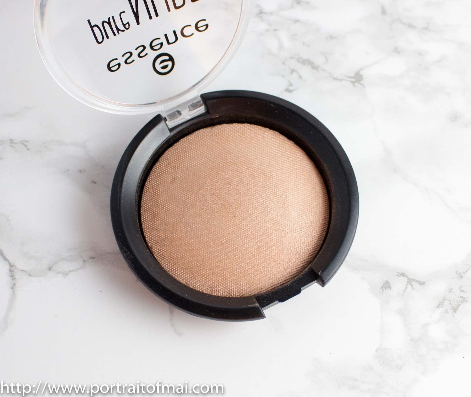 Essence Pure Nude Highlighter in Be My Highlight