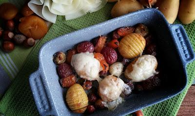 patate al forno con cipolline, frutta secca e formaggio