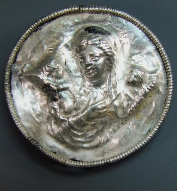 Κοσμήματα από το Παντικάπαιο της Ταυρικής περί το 45 π.Χ. ΄Είναι ασημένια καρφίτσα με χαραγμένη την εικόνα της Αφροδίτης, χρυσά δακτυλίδια με πολύτιμους λίθους με χαραγμένες τη Νέμεση και την Τύχη, άλλες δύο ελληνικές θεότητες.