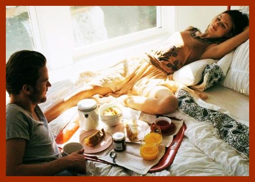 É sempre bom fazer uma surpresa para aquela pessoa que você ama.  Preparar uma bela bandeja de café da manhã é um modo simples e carinhoso de surpreender e agradar.  E você nem precisa esperar por alguma data especial, esse carinho pode ser feito em qualquer dia da semana, apenas para começar o dia mostrando o quanto é bom estar junto de quem se ama.  Também não é preciso sofisticação e pratos especias para compor a surpresa, mas sim, cuidados e carinho no preparo e na apresentação. Lembre-se; mais vale o gesto, o clima e a dedicação, que o tempo gosto ou o valor investido.