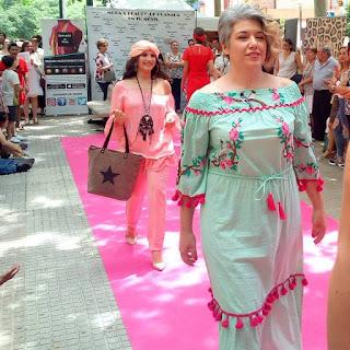 moda ibicenca; moda plural: desfile; pasarela