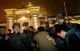 Polícia humilha católicos que vão para a igreja