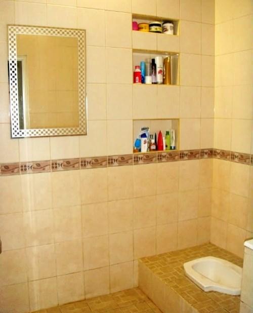 kamar mandi sederhana dengan kloset jongkok
