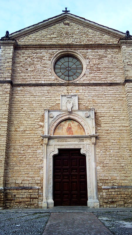 Fachada Igreja da Abadia de Farfa, com guia em português