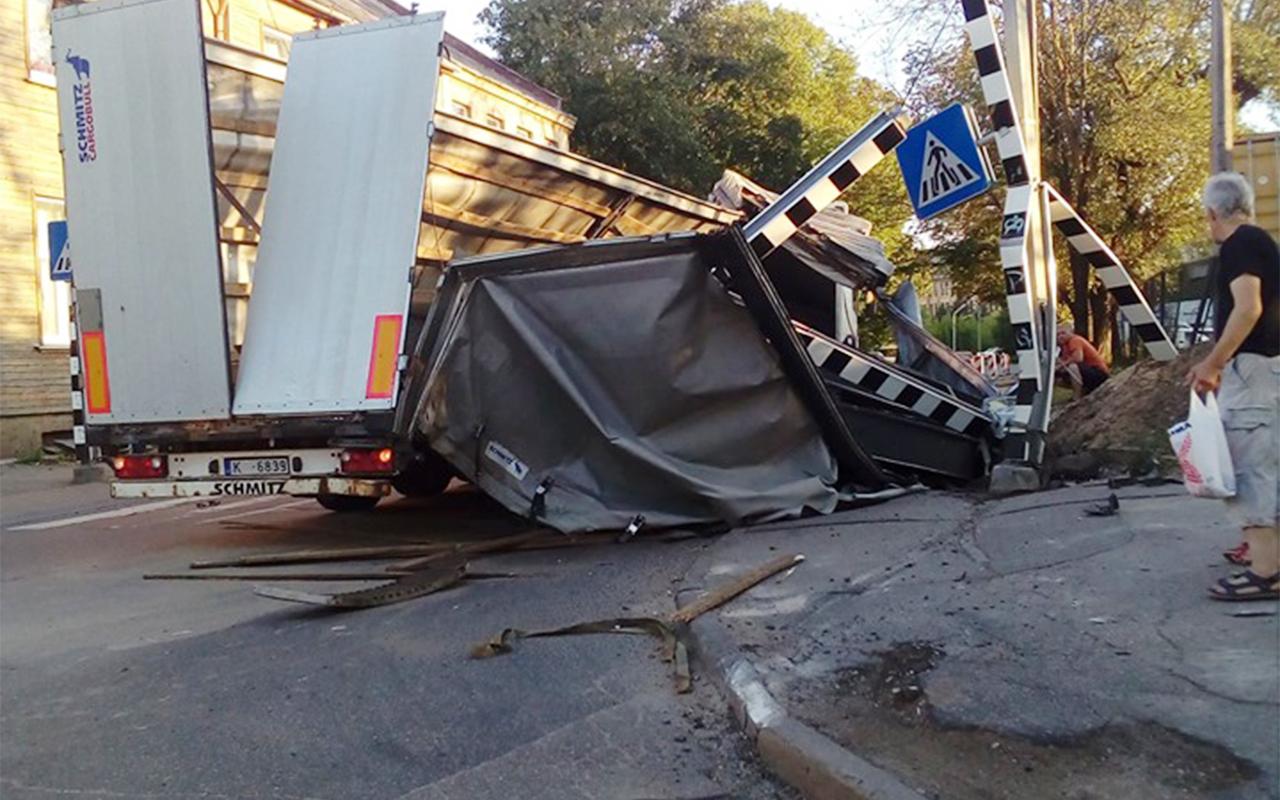 Rīgā kravas mašīnai salūzt piekabe un izkrīt krava