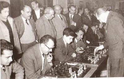 Erich Eliskases dando una sesión simultáneas en el Casino de Tarragona en 1961
