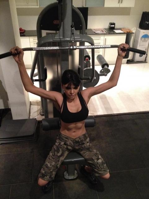 Sherlyn-Chopra-Workout-In-Gym