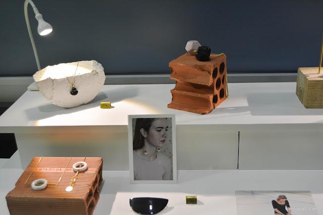 mesa con joyas de pedrusco en el designroom x resa Bilbao 2016,