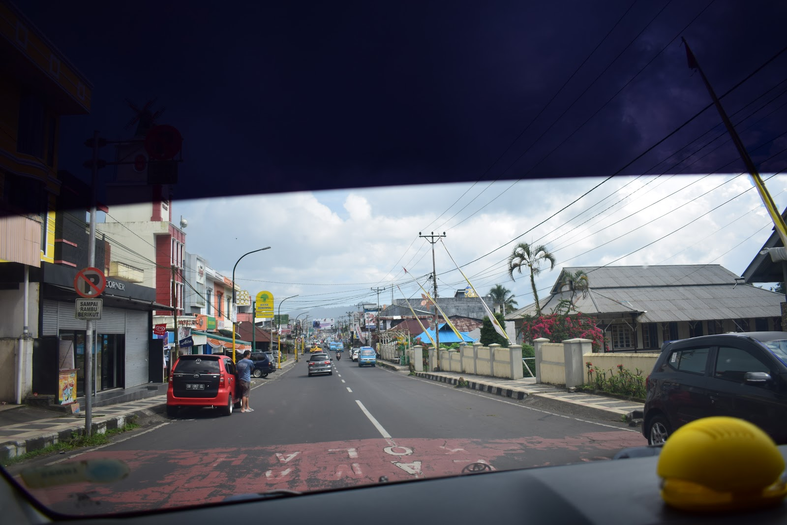 jalanan menuju kota tomohon