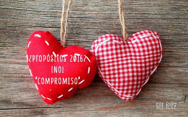 """Dos corazones encima de una tabla de madera, El corazón de la izquierda es rojo ribeteado con pespunte blaco. En su interior se puede leer ¿propósitos 2016? ¡No! """"Compromiso"""". El corazón de la derecha es de cuadritos rojos y blancos. También está ribeteado con pespunte de color blanco."""