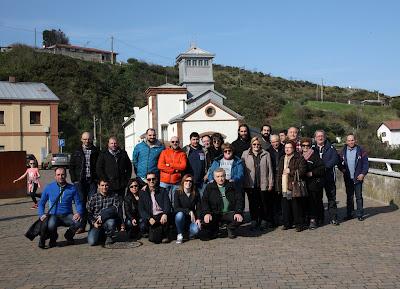 Foto de grupo frente al Pozo Arnao