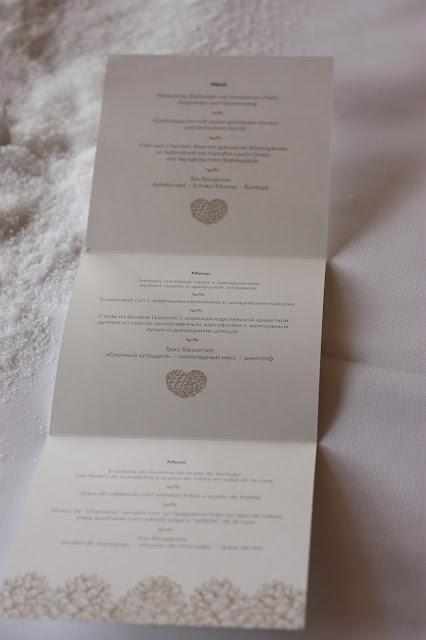 Menükarten Winterhochzeit in den Bergen von Garmisch-Partenkirchen, Riessersee Hotel, Hochzeitshotel in Bayern, Gold, Weiß, Tannenzapfen, Winter wedding gold, white, pine cones, lake-side wedding abroad