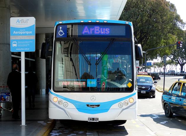 El Gobierno de Mauricio Macri cerró el micro público ArBus (conectaba los aeropuertos de Ezeiza con Aeroparque) y favoreció a Tienda León, aportante a la campaña de Cambiemos, que ahora será la única compañía que ofrecerá ese servicio, a un precio superior