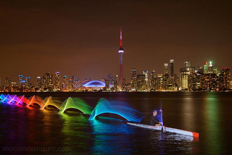 Nuevas pinturas de luz que capturan el movimiento del kayak y el canotaje por Stephen Orlando