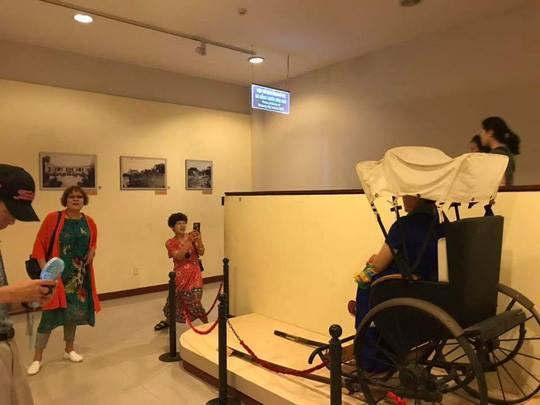 Du khách Trung Quốc ngang nhiên ngồi lên hiện vật ở Bảo tàng của Việt Nam