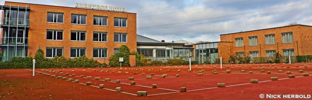 Hotel Kiel, Blick vom Tennisplatz auf das Sporthotel Avantage