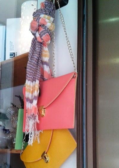 Fular rayas y carteras amarilla y rosa