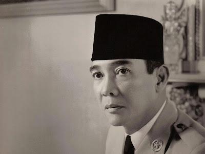 Soekarno merupakan presiden pertama Indonesia dan dikenal sebagai tokoh proklamator kemer Biografi Soekarno Lengkap | Profil, Riwayat Hidup & Biodata Ir Soekarno
