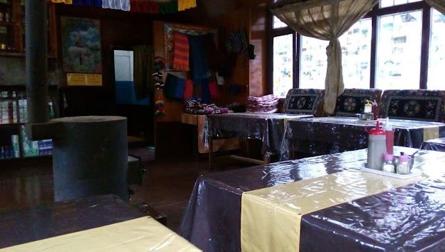sala da pranzo tipica in guest house nepalese