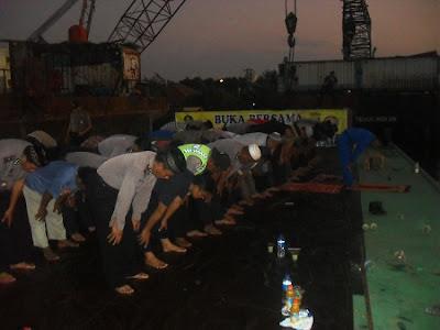 FKKMP Buka Bersama Diatas Tongkang