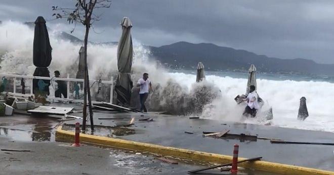 """Ζορμπάς: Τρέχουν να μαζέψουν ομπρέλες εν μέσω του κυκλώνα και τους """"καταπίνει"""" το κύμα"""