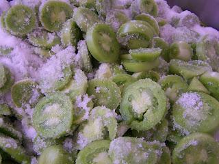 Tomate verde y azúcar, para realizar la mermelada El Ababol, en nuestro obrador