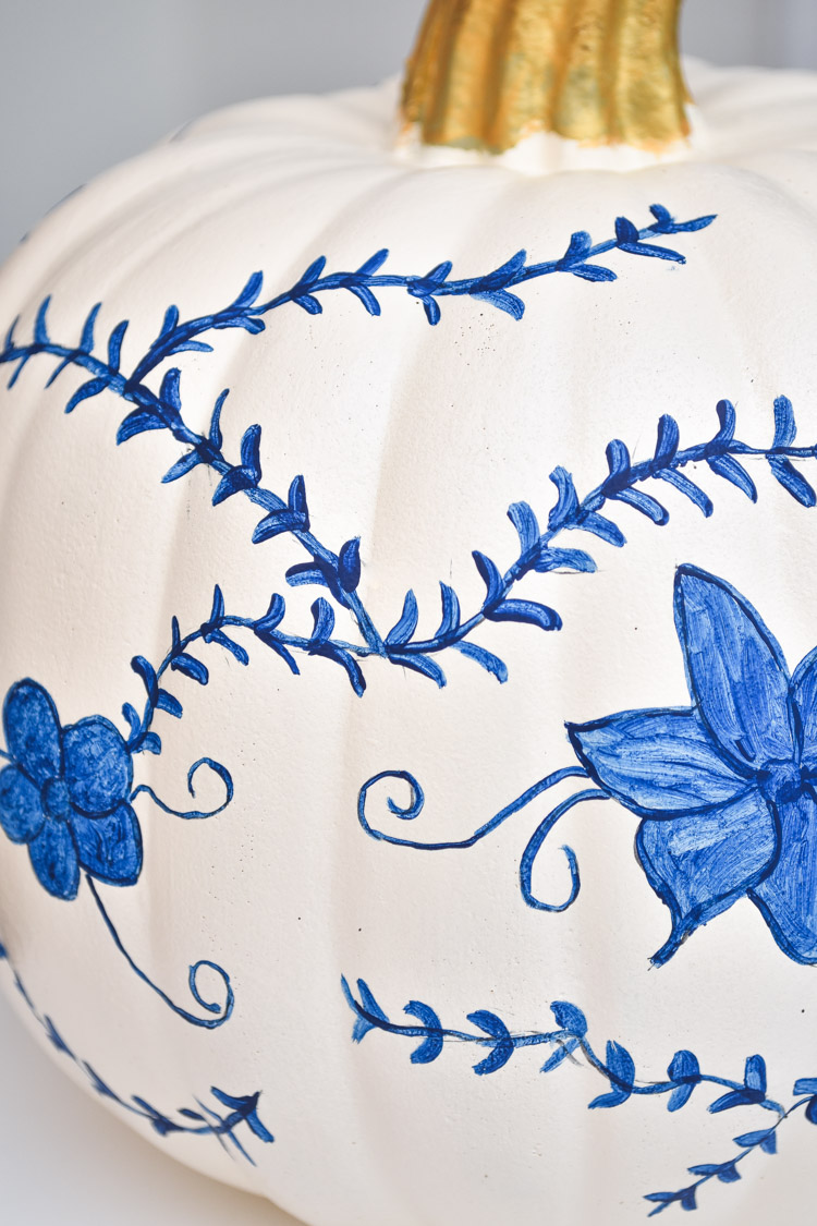 Blue & white hand painted chinoiserie pumpkin tutorial- an easy and affordable DIY pumpkin decor idea for fall. | #chinoiserie #gingerjar #blueandwhite #blueandwhiteforever #chinoiseriechic #paint #craftDIY #fallcrafts