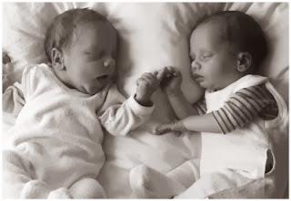 Neugeborene Zwillinge