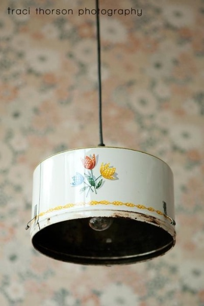 Panci dan baskom pun bisa jadi kap lampu gantung yang menarik