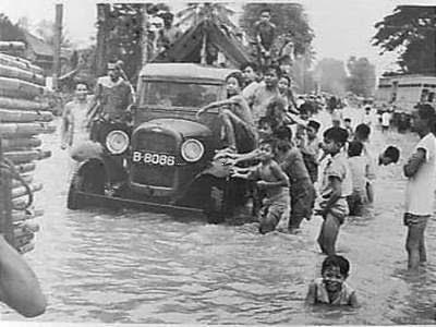 Fenomena banjir Jakarta sudah tidak absurd lagi di indera pendengaran Sejarah & Penyebab Banjir Jakarta