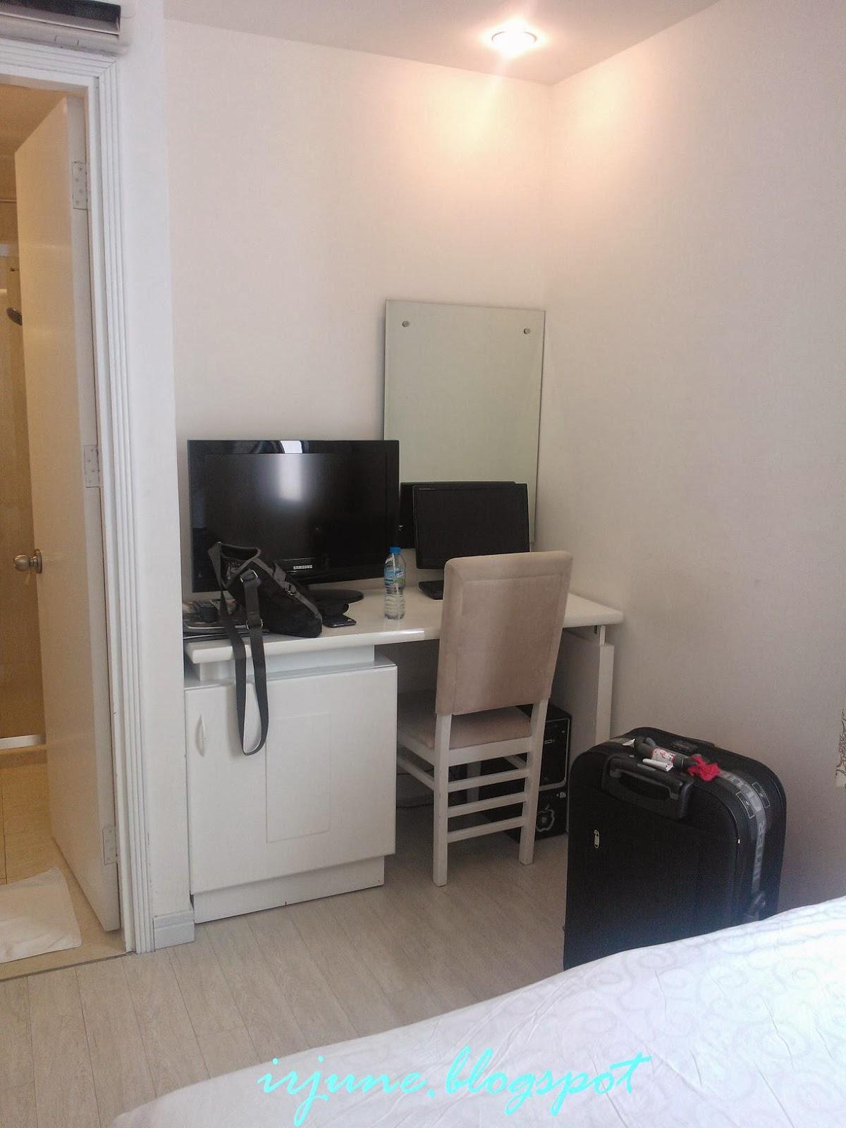 Ini Ruang Yang Ada Antara Katil Meja Solek Dan Bilik Air Tv Tu Share Satu Dengan Juga Komputer Milik Hotel Ye