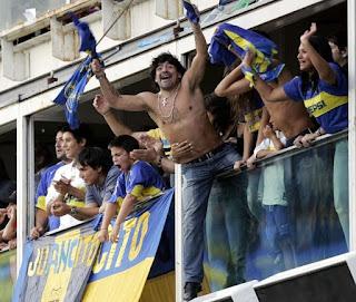 Los mejores clásicos de fútbol del mundo. Diego Armando Maradona en un juego de futbol  Boca-River, Celebridades y famosos en un juego Boca-River