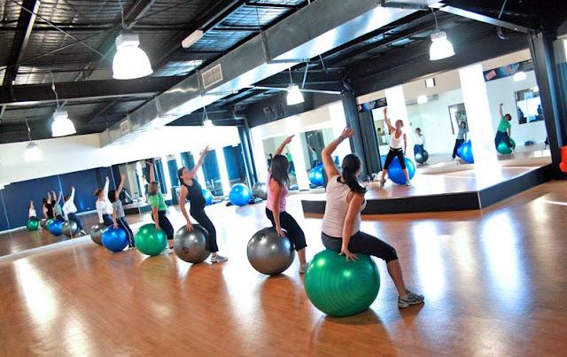 50 ท่า Ball Exercises เพื่อเสริมสร้างกล้ามเนื้อ ตั้งแต่ระดับง่ายไปถึงยาก