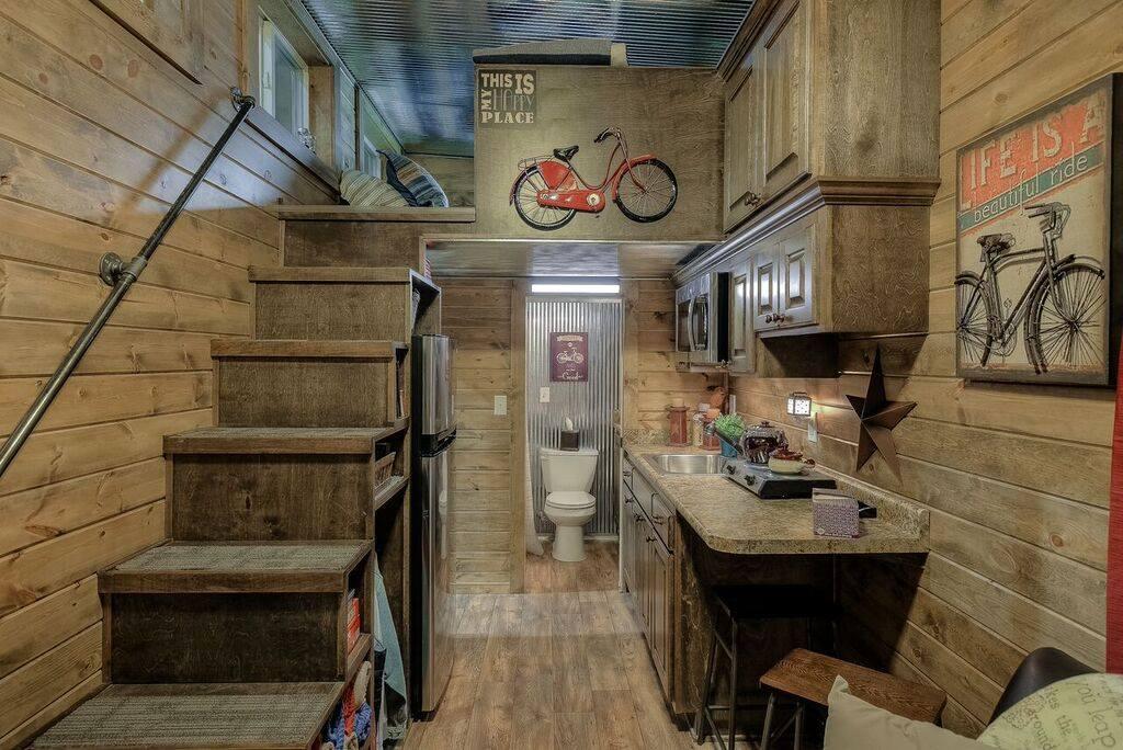 Ez a hihetetlen rusztikus kunyhó egy piszkos, öreg hajókonténer ...