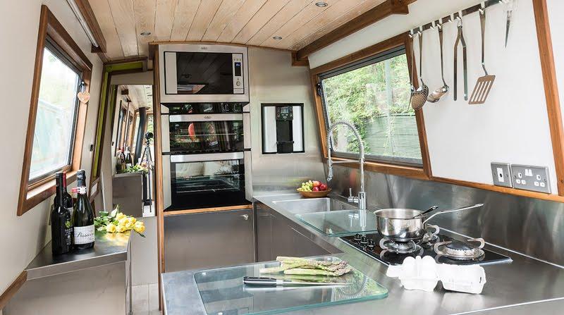 Dormire nelle case più belle di Londra la casa galleggiante a Little Venice cucina
