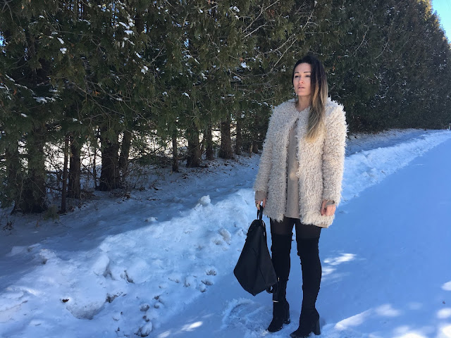 fur coat, winter outfit, statement coat, sheep fur coat, white coat, over the knee boots, how to wear statement coat, zimski outfit, krzneni kaput, casual zimski kaput, sta obuci za zimsku setnju, what to wear on a casual winter day, backpack, black leather backpack, kako nositi ruksak