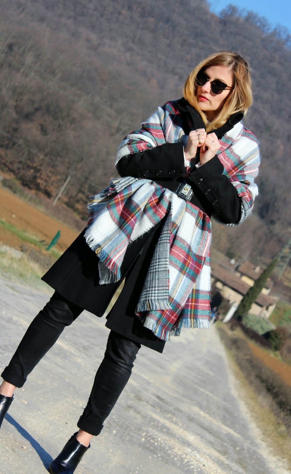 Eniwhere Fashion - Totally casual black outfit and maxi scarf