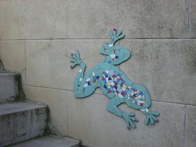création artisanale d'une grenouille en tesselles de mosaïque sur mur extérieur terrasse jardin par mosaiste severine peugniez