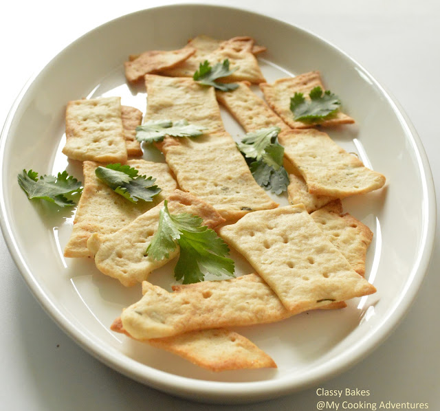 Garlic, Cilantro and herbs sourdough crackers