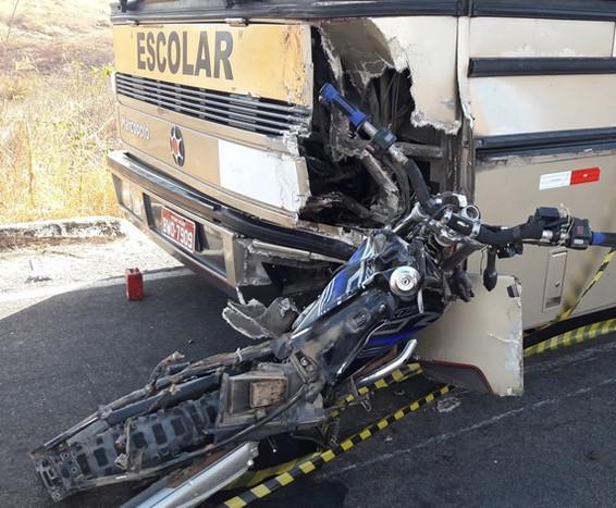 Colisão entre moto e ônibus de estudante na PB 400 deixa uma pessoa morta