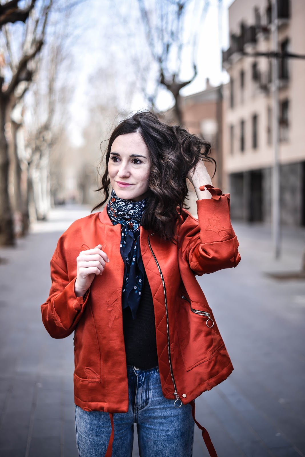 red_bomber_jacket_momjeans_look_street_style