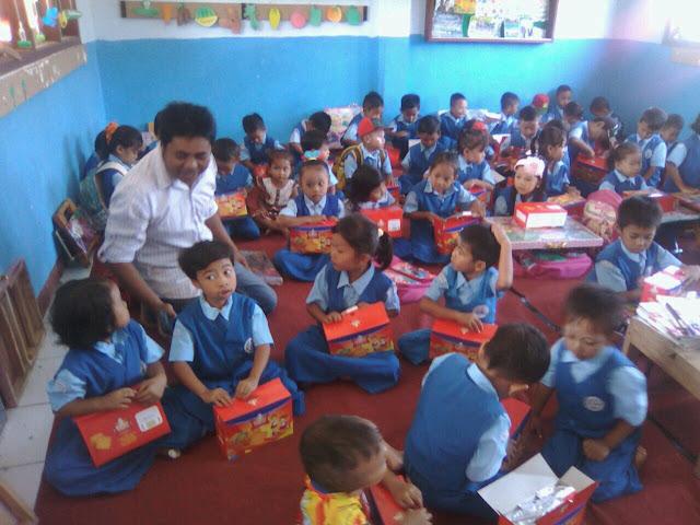 Pembagian biskuit Makanan Tambahan di TK Desa Sumberpinang Kec. Pakusari