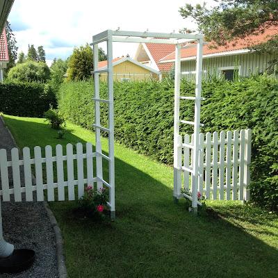 Valkoinen puinen portti puutarhaan