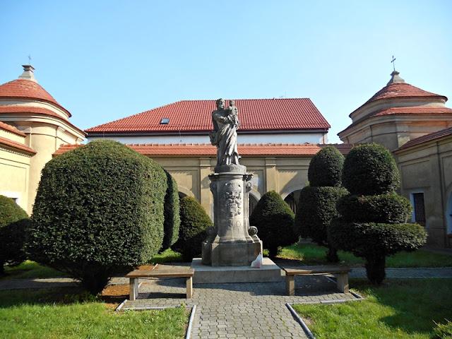 miejsce kultu, drzewa, posąg, trawa