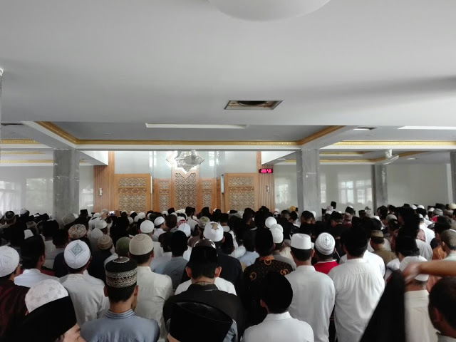 Lautan Umat Islam Iringi Pemakaman KH Hasyim Muzadi, Lihat Foto-Fotonya!