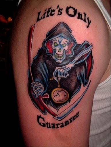 Grim Reaper tatuagem na íntegra e cores fortes. Longe estão os dias foram os Grim Reapers sempre olhar aborrecido e triste, brilhante e vermelho, as cores também são uma tendência e ajuda a incutir mais temível expressões no reaper.